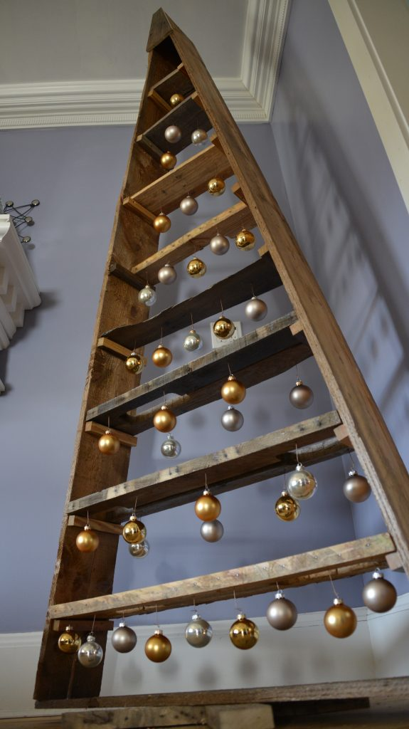 Make a DIY Christmas Tree from pallets. Yes, pallets!