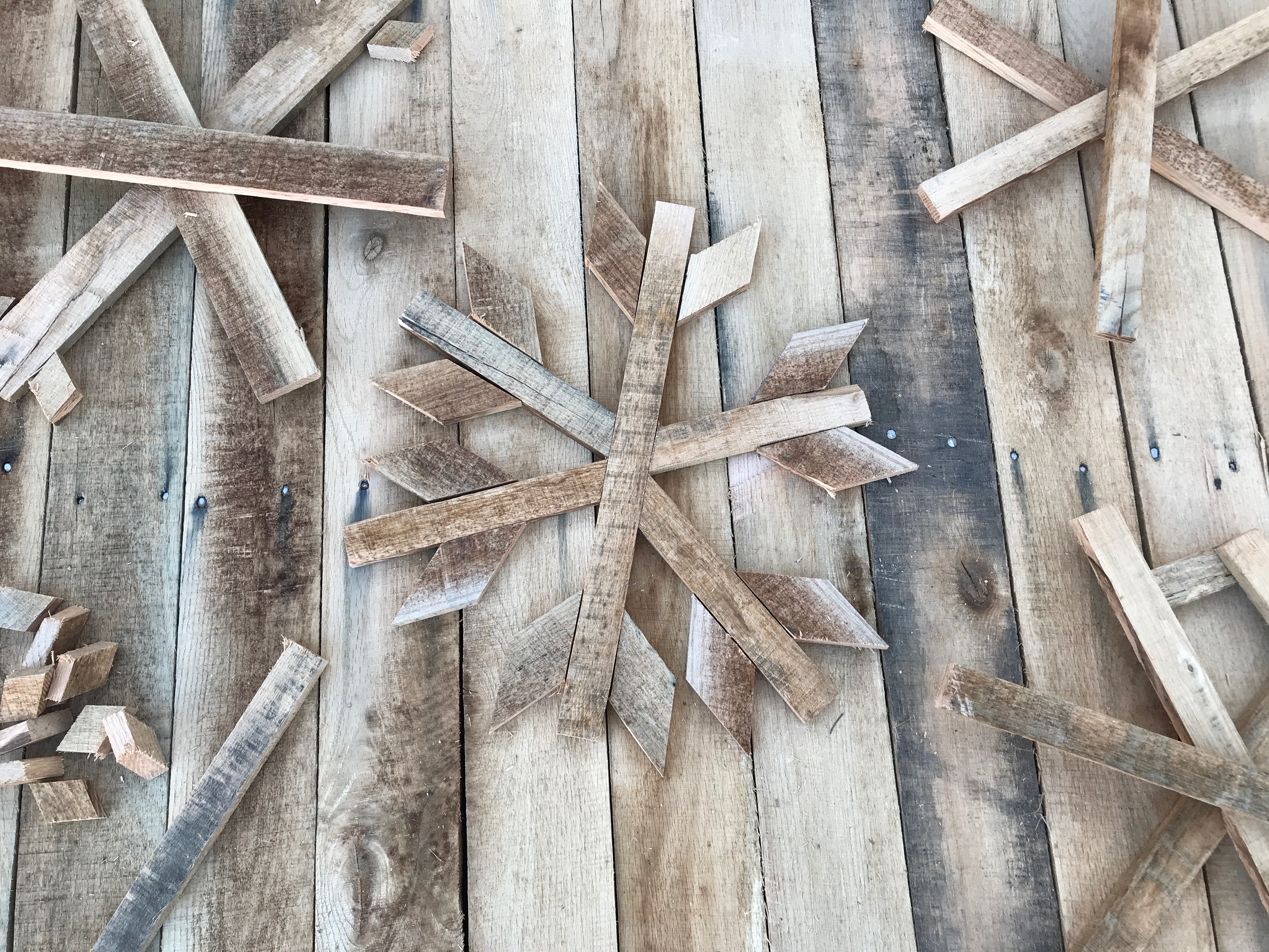 6 MyFixitUpLife Krylon Pallet December Holiday Snowflake Pallet DIY snowflakes assembled
