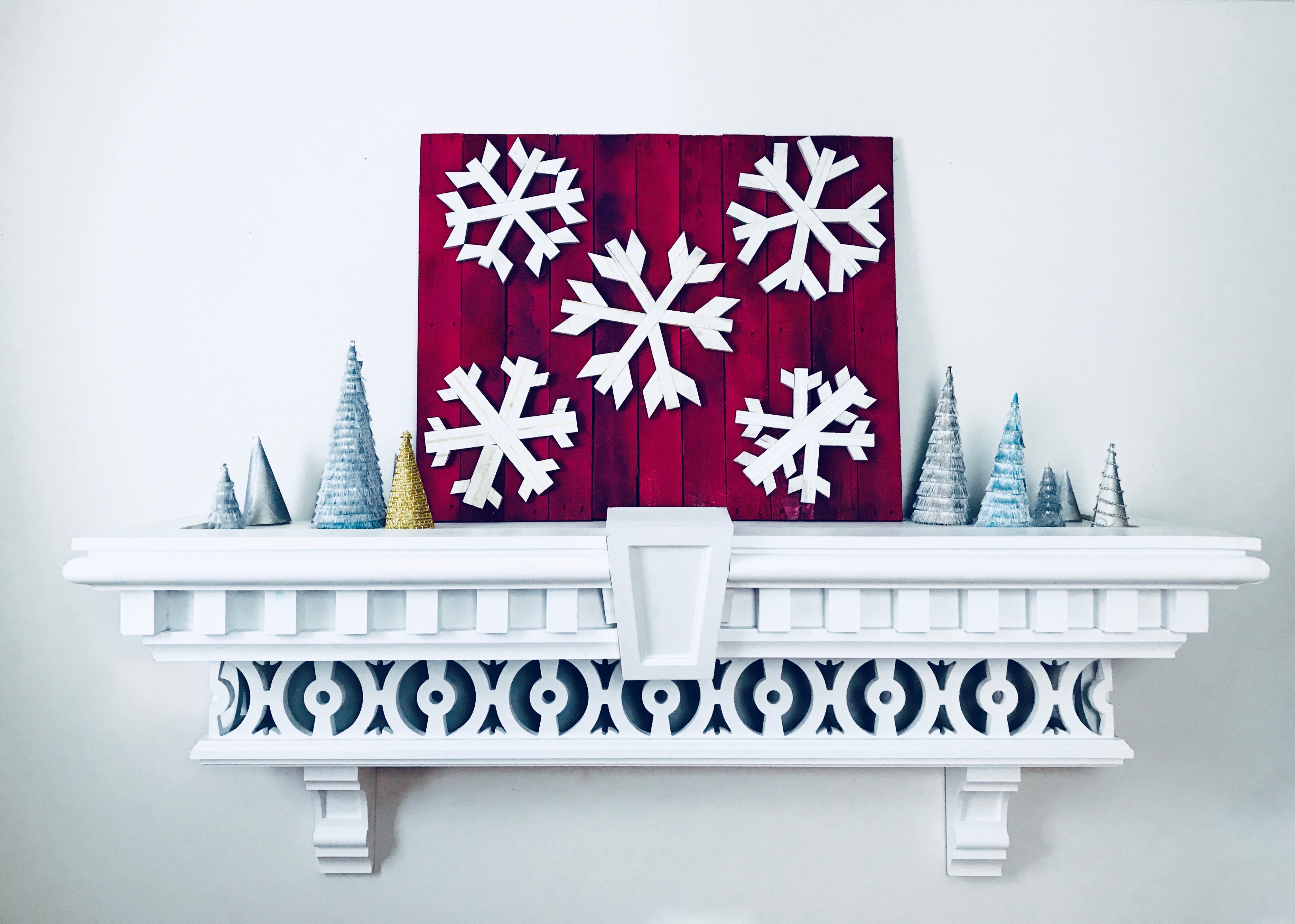 MyFixitUpLife Krylon Pallet December Holiday Snowflake Pallet DIY after decorated